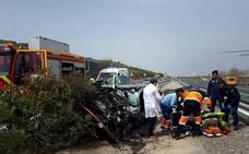 Los Bomberos de Guadix rescatan a una mujer tras un accidente en la A-92 a la altura de Huéneja