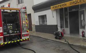Los Bomberos emplean una hora en extinguir totalmente un incendio en una frutería de Benalúa