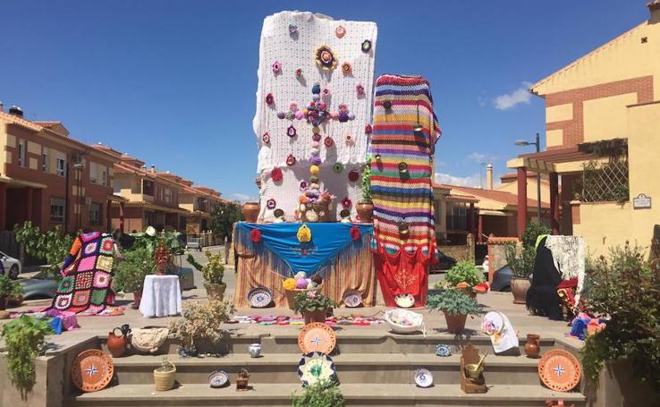 El color de las cruces llena las calles y plazas de Guadix
