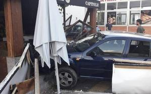 Un turismo se empotra contra la terraza de un bar en Purullena