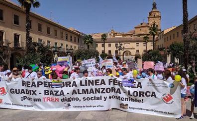 Seiscientas personas reivindican un tren digno y claman contra la despoblación en Guadix