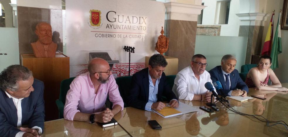 El alcalde de Guadix y el delegado de Educación y Políticas Sociales inauguran la Escuela de Verano