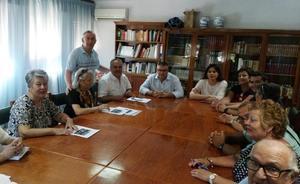 El alcalde de Guadix realiza una visita institucional al Centro de Participación Activa