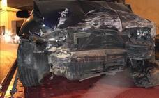 Un conductor ebrio empotra su coche contra una casa en Guadix de madrugada