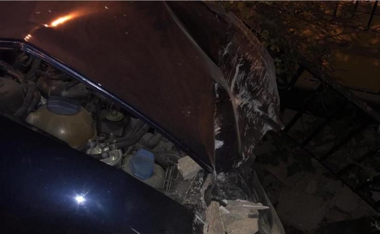 Así ha sido el choque de un coche contra una casa de Guadix