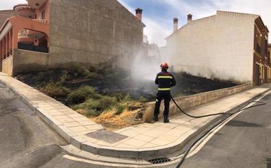 Los Bomberos de Guadix sofocan dos incendios simultáneos separados solo por 100 metros