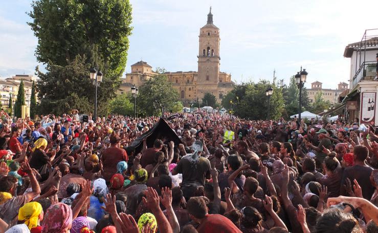 Guadix brinda un multitudinario y festivo reproche al Cascamorras Antonio Vera