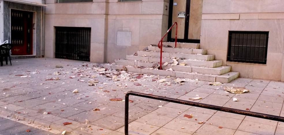 Cae una cornisa en la en la avenida Medina Olmos de Guadix