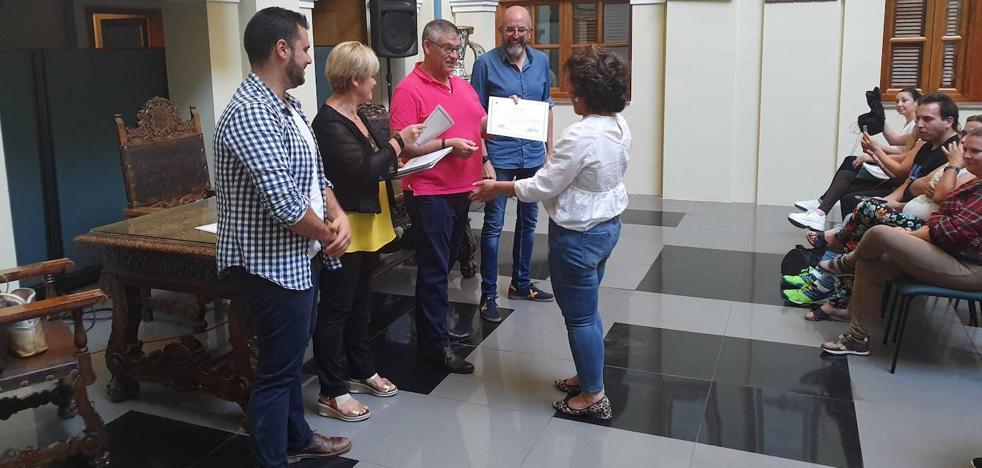 El alumnado del curso Autocuidado personal y Equilibrio Emocional recibe sus diplomas