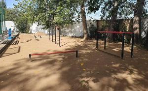 La concejalía de Deportes instala un parque de calistenia junto al pabellón cubierto