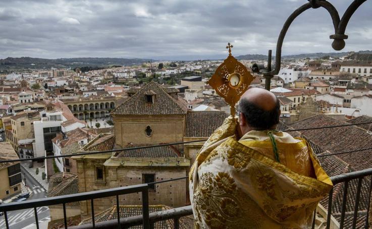Bendición del obispo de Guadix desde la torre de la Catedral