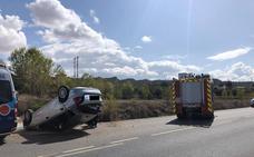Los Bomberos de Guadix socorren a una persona atrapada tras volcar su vehículo
