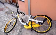 Un centenar de bicicletas de alquiler, tiradas en pueblos
