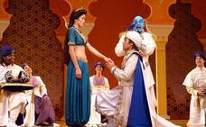 Los alumnos del Mariana Pineda representan el musical 'Aladdin'