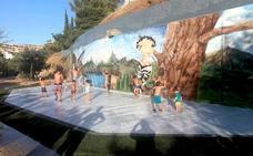 Los hueteños combaten el calor en la fuente del Parque de La Nava