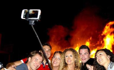 La hoguera de San Juan da esta noche la bienvenida al solsticio de verano en el ferial de Huétor Vega