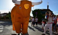 Encierro de toros... hinchables, en Huétor Vega