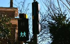 La calle Laurel de la Reina estrena un nuevo sistema de semáforos