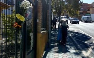 Varios vecinos dejan flores para José Manuel en el cuartel de La Zubia