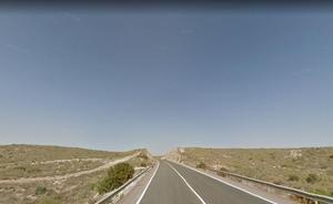 Fallece un joven de 27 años al caer su vehículo por un desnivel en la N-341 en Carboneras