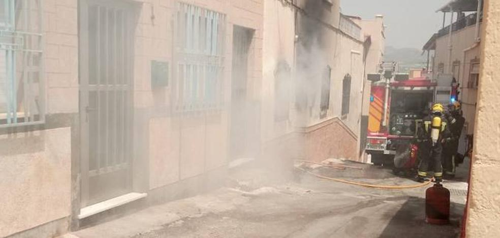 Cuatro personas desalojadas al incendiarse una vivienda en Tíjola