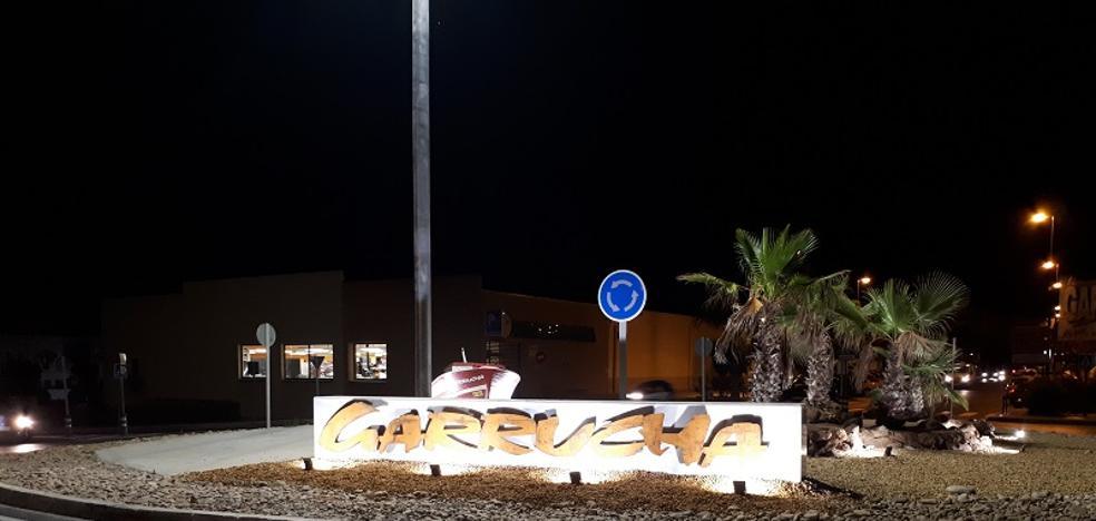 La rotonda de acceso a Garrucha desde Vera, iluminada y embellecida
