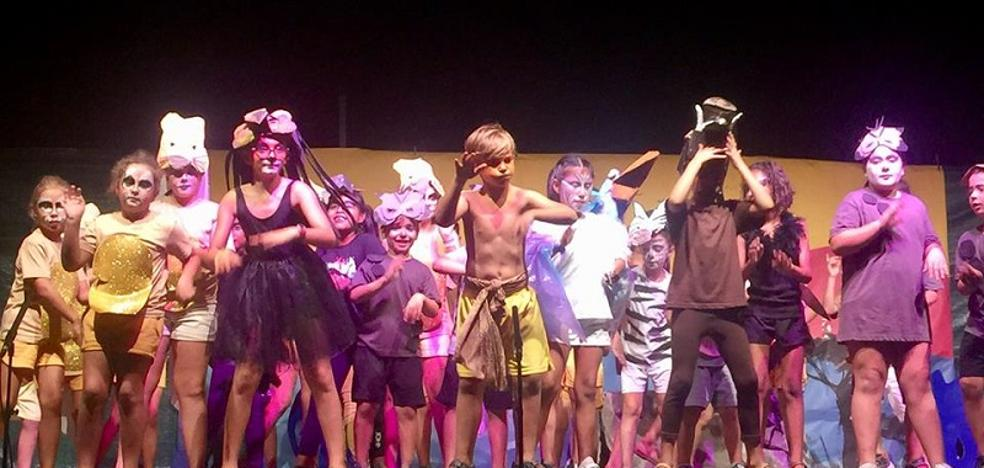 Unos 70 niños representan 'el Rey León' en la Semana de Teatro en Los Gallardos