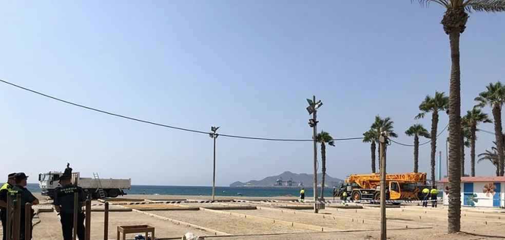 Carboneras cumple con Costas y retira las casetas de los clubes de petanca de la playa