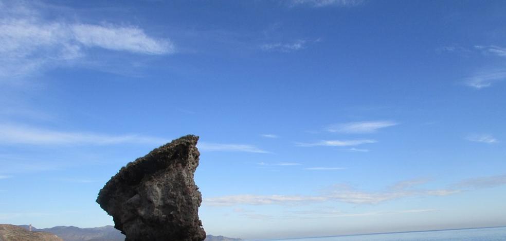 Carboneras busca conocer el perfil del visitante de la playa de los Muertos