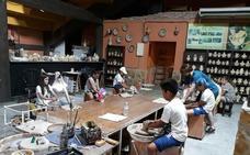 Los usuarios de la Ludoteca de Verano de Vera realizan una muestra de alfarería