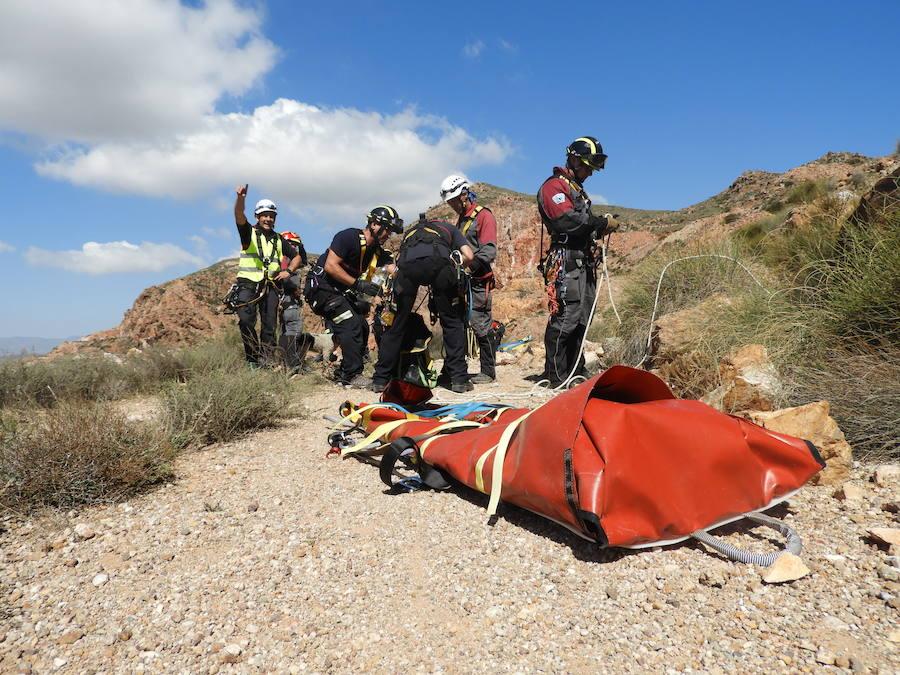 Así se entrenan los bomberos de la provincia de Almería en salvamentos de altura