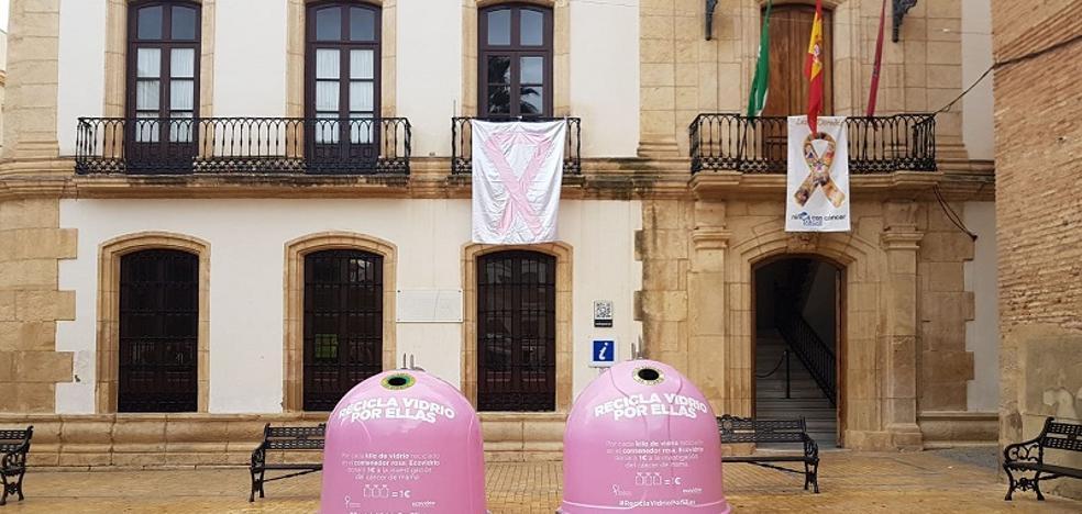 Dos iglús rosas contribuyen a la lucha contra el cáncer de mama en la plaza Mayor de Vera