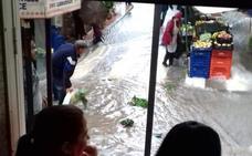 La lluvia arrasa el mercadillo de Garrucha