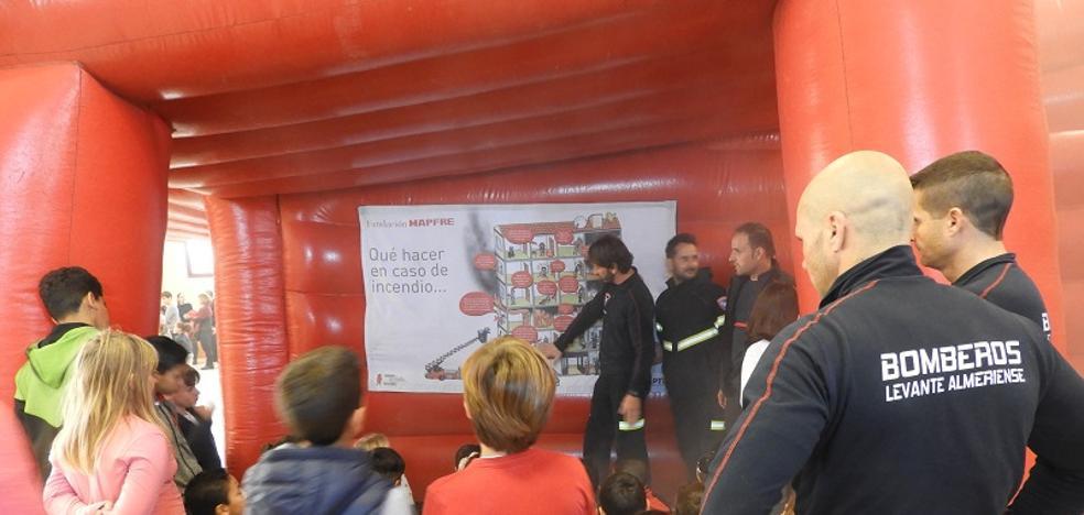 Los Bomberos del Levante enseñan cómo se debe actuar en caso de incendio