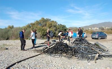 El grupo ecologista Graeca limpia las playas del Levante en Navidad