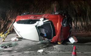 Rescatado un hombre que quedó atrapado en su coche tras una salida de la vía en Mojácar