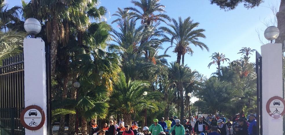 Los jóvenes veratenses realizan una marcha en bicicleta por la paz