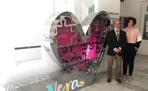 Vera instala un 'corazón solidario' para recoger tapones de plástico