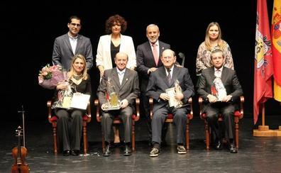 Cuatro escritores veratenses reciben la Pluma de Oro