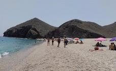 La Playa de Los Muertos activa su aparcamiento y una lanzadera en julio