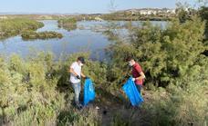 Jóvenes del PP se lanzan a limpiar de basura El Salar de los Canos de Vera