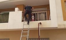 Rescatan a una menor que estaba sola en casa e intentó saltar por el balcón