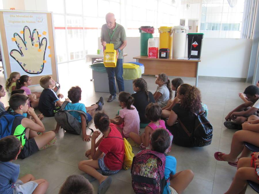 Los niños de la Escuela de Verano de Cruz Roja conocen de cerca la actividad diaria del hospital lojeño