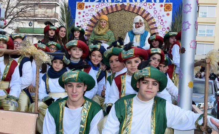 La participación de numerosos colectivos protagoniza la Cabalgata en Loja