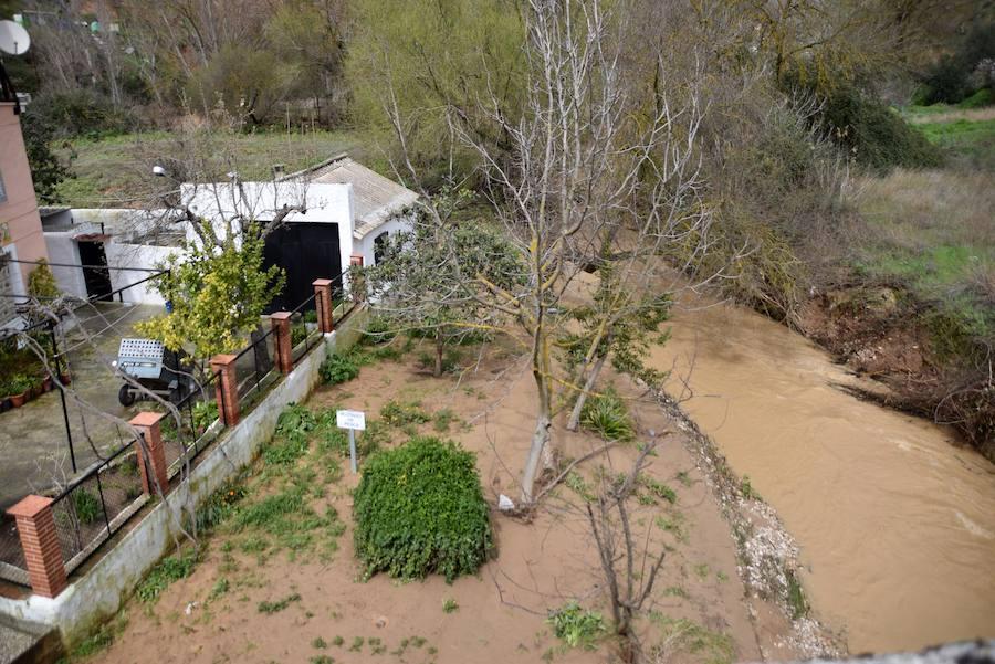 El desbordamiento de los arroyos en Riofrío y Santa Bárbara afecta a calzadas y viviendas