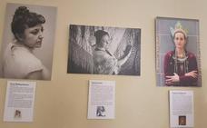 Las vecinas de Moclín se fotografían encarnando a históricas mujeres de todos los tiempos