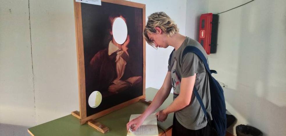 La poesía «vista y sentida» llega a las aulas del IES Virgen de la Caridad de Loja