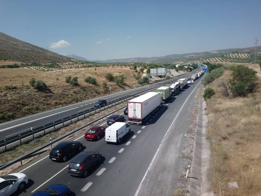 Atasco al cortarse la A-92 por un accidente