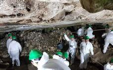 Voluntarios de toda Europa 'veranean' estudiando la Cueva de Malalmuerzo, en Moclín