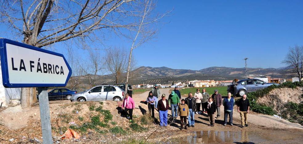 Vecinos protestan en La Fábrica tras cuatro días sin agua en sus casas